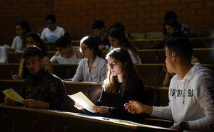 Una joven mira el examen en la primera jornada de las pruebas de selectividad en la Universidad de Biología, en junio del 2019.