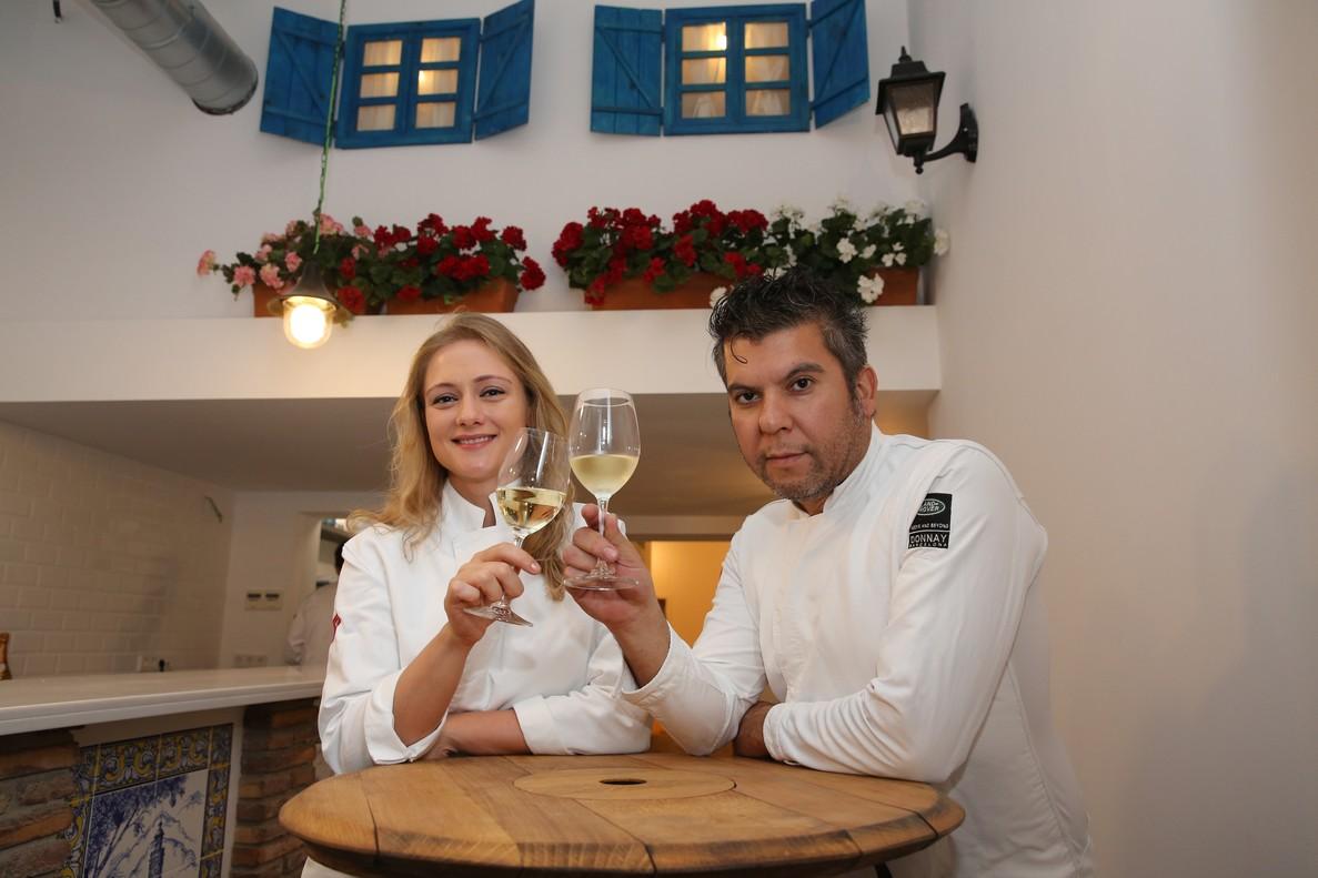 Olesya Kuznetsova y Ever Cubilla comparten un vino de Jerez bajo las macetas de geranios en el patio cordobés de Señorito.