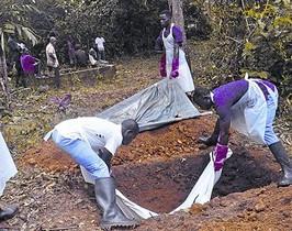 Sepultura de un cadáver con síntomas de contagio por ébola, en Liberia, en una imagen de archivo.