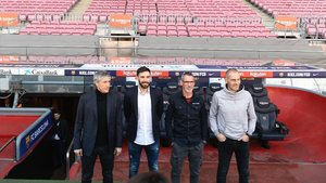 Setién, Sarabia (2º entrenador), Pascua (técnico de porteros) y Soto (preparador físico), en el banquillo del Camp Nou.