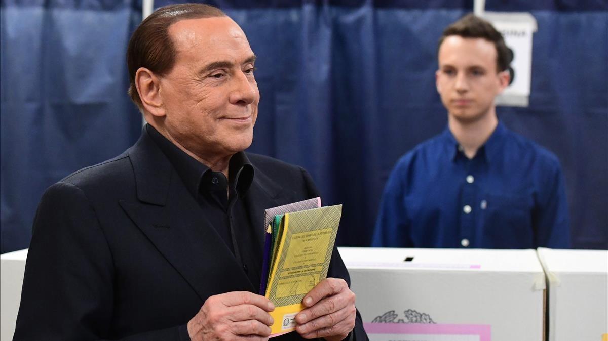 Silvio Berlusconi en sucolegio electoral antes de depositar su voto durante la jornada electoral del pasado domingo
