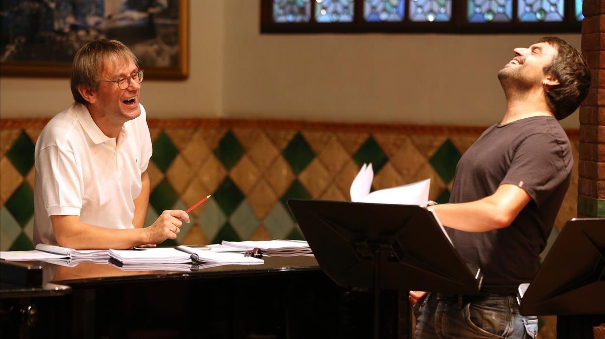 El director Simon Halsey (izquierda) y Manu Guix, en el ensayo a piano de 'Considering Matthew Shepard', en el Palau de la Música Catalana.