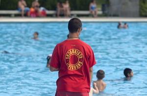 Un socorrista de piscina.