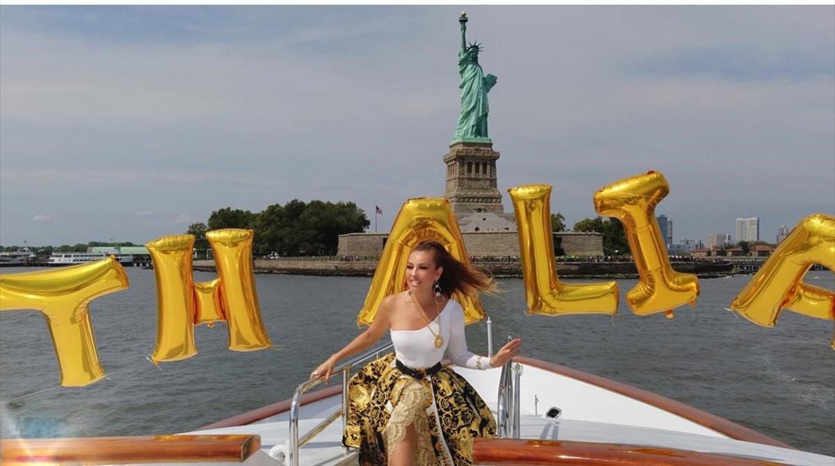 La cantante y actriz Thalía, en una foto en la que muestra su positivismo y tendencia a la felicidad.