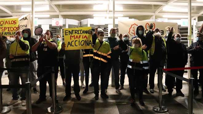 Trabajadores de Acciona bloquean la entrada a la planta de Nissan en la Zona Franca durante 3 horas.