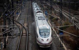 Un tren AVE sale de Barcelona.
