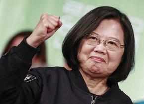 La política Tsai Ing-wen celebra su reeleción como presidenta de Taiwán.