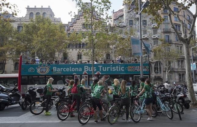 Turistas frente a la Casa Batlló.