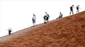 Turistas en el monte Uluru.