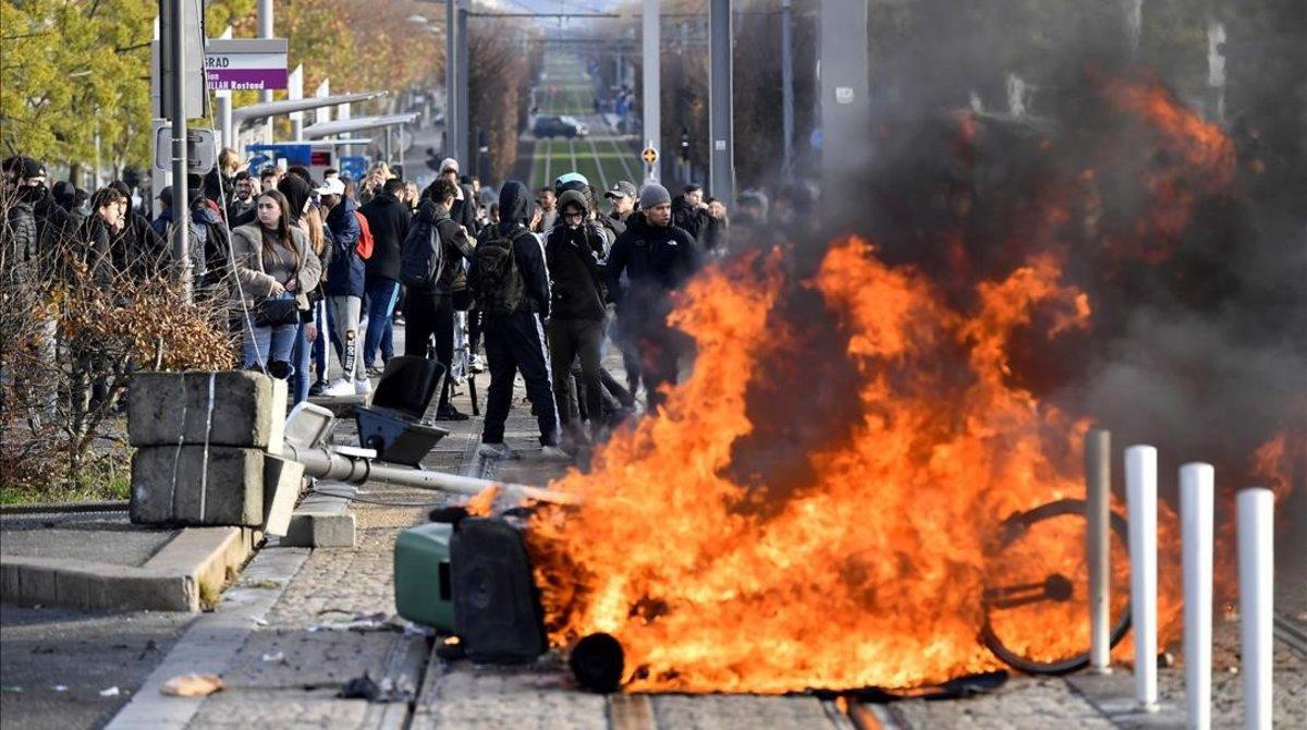 Una barricada en llamas en Burdeos, en la protesta de los estudiantes.
