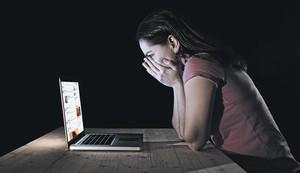 Una joven, ante la pantalla del ordenador.