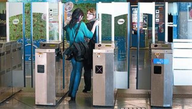 Una joven aprovecha la apertura de puertas para colarse en la parada de metro de Universitat.