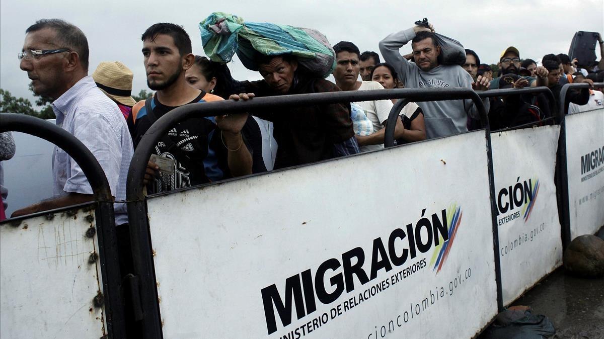 Una multitud de venezolanos intentan cruzar la frontera desde Venezuela hacia Colombia, en Cúcuta, el 13 de febrero.
