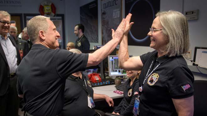 Una sonda de la NASA explora Ultima Thule, el cuerpo celeste más lejano jamás visitado. En la imagen, el investigador jefe de la misión, Alan Stern, saluda a una de las especialistas de su equipo, Alice Bowman, tras confirmarse el éxito de la sonda de la NASA.