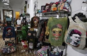 La imagen de Frida Kahlo es omnipresente en Kahlo Passió: zapatos camisetas, chaquetas...