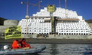 La mole del hotel ilegal de El Algarrobico, vista desde el mar durante una protesta de Greenpeace el 16 de noviembre de 2005.