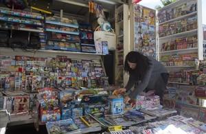Trabajadora autónoma en un quiosco de la calle Marina, en Barcelona.