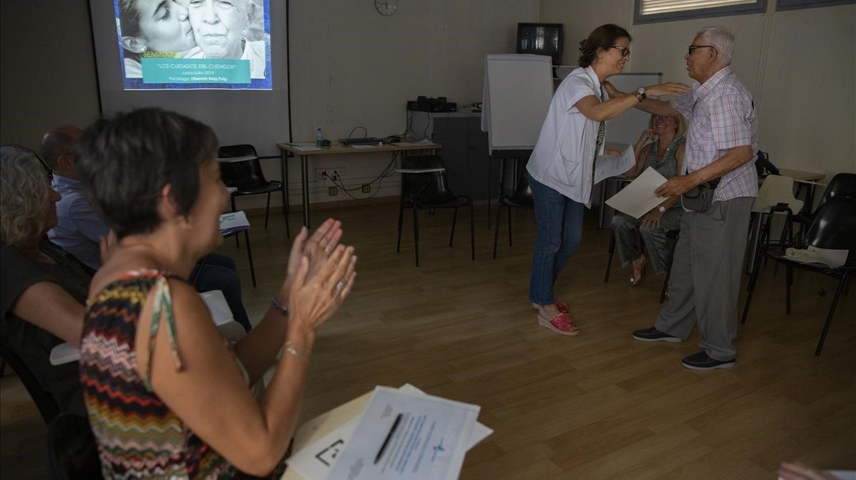 Uns cursos psicoeducatius ensenyen com tractar familiars amb alzheimer