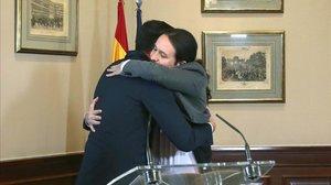 Pedro Sánchez y Pablo Iglesias se abrazan tras la firma de su preacuerdo de coalición, el pasado 12 de noviembre.