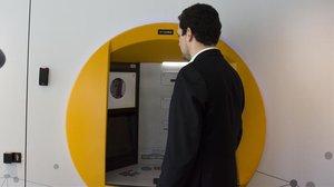 Un usuario saca dinero con reconocimiento facial en un cajero de CaixaBank.