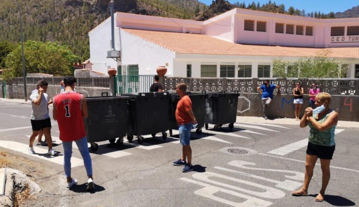 Vecinos de Canarias plantan barricadas para evitar la entrada de migrantes sospechosos de covid