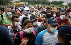 Ciudadanos con mascarillas por el coronavirus enColombia.