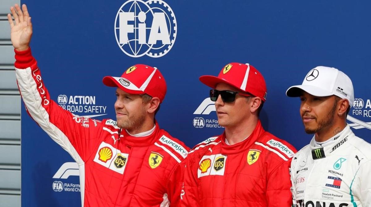 Vettel, Raikkonen, que ha lohrado la 'pole' y Hamilton saludan a los espectadores de Monza.
