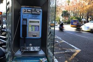 en víaS de extinción3 Distintas cabinas telefónicas que sobrevivenen las callesde Barcelona, apenas sinuso por la generalizacióndel móvil y algunas de ellas en mal estado de conservación.