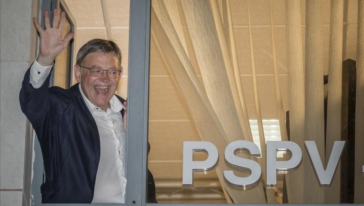 Ximo Puig saluda desde la sede del partido en Valencia tras ganar las primarias a la secretaria general del PSPV-PSOE.