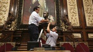 En julio de 1915, Barcelona en Comú acordó retirar el busto del rey, Juan Carlos I, del salon de plenos del ayuntamiento.