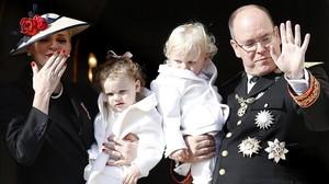 El príncipe Alberto y su esposa Charlene, con sus gemelos Jacques y Gabriella.