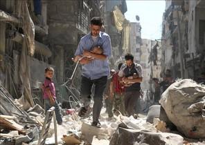 Civiles rescatan a niños de un barrio de Alepo, en Siria, tras un bombardeo.