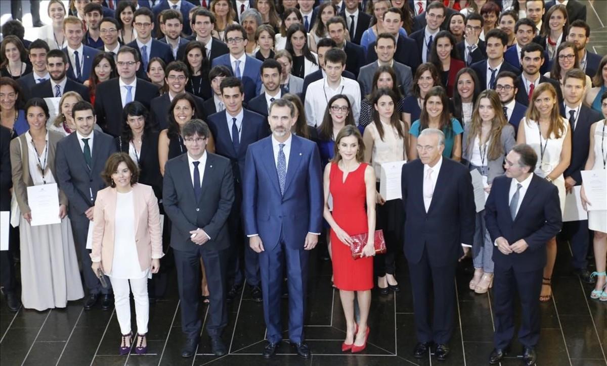 Acto de entrega de las becas de La Caixa para estudiar en el extranjero, con los Reyes, Soraya Sáenz de Santamaría, Carles Puigdemont,Isidre Fainé y Jaume Giróen primera línea.