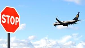 Un avió de Ryanair dona voltes els dilluns 20 minuts fins que obre l'aeroport de Santander