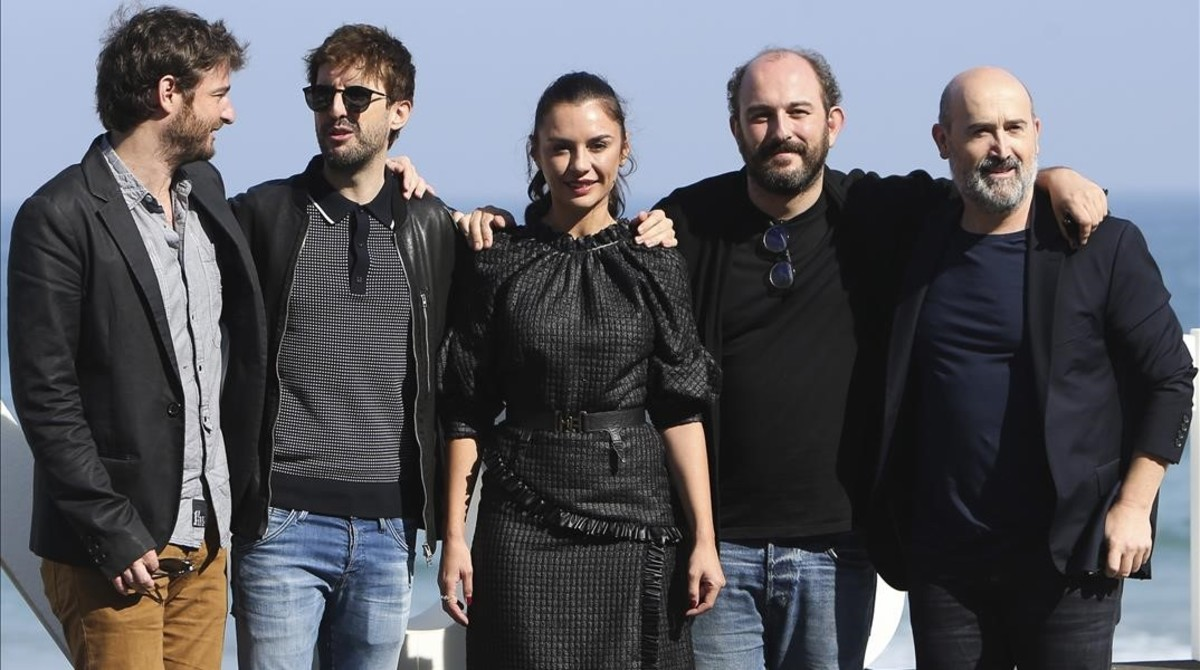 De izquierda a derecha, Gorka Etxea, Julián López, Miren Ibarguren, Borja Cobeaga y Javier Cámara, en San Sebastián.