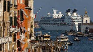 Un crucero navega junto a la ciudad de Venecia.