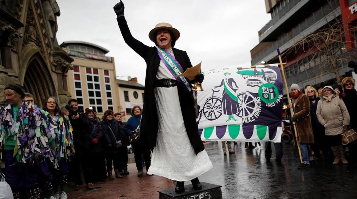 La concejala Elaine Pantling vestida como al sufragista Alice Hawkins en un acto para conmemorar los 100 años del reconocimiento del derecho al voto.