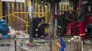 Los bomberos inspeccionan el lugar de la explosión en Oruro.