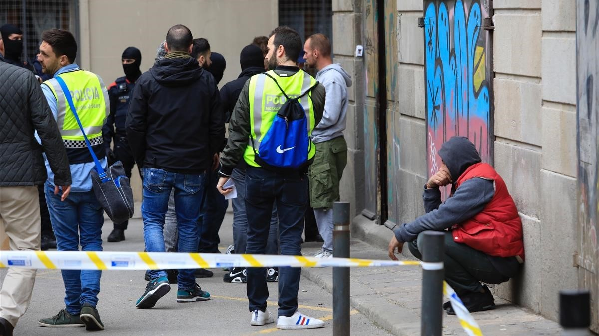 Redada policial en el narcopiso del número 7 dela plaza de losTraginers.
