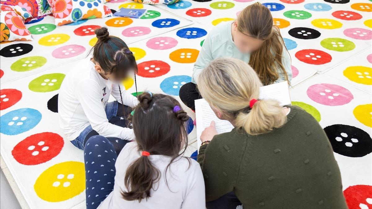 Una de las mujeres que participan en el programa hace trabajos sociales con niños en Sabadell.