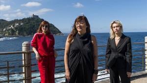 Isabel Coixet, con las actrices Greta Fernándezy y Natalia Molina, en San Sebastián.