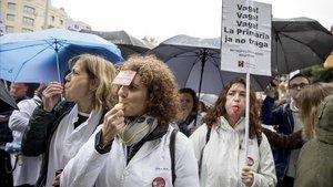 Los médicos deatención primaria protestan en la sede del Institut Català de la Salut (ICS).