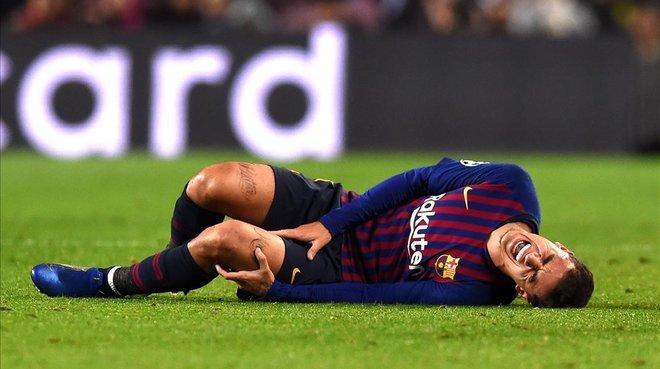 Philippe Coutinho se duele de una entradadurante el partido ante el Tottenham en el Camp Nou.