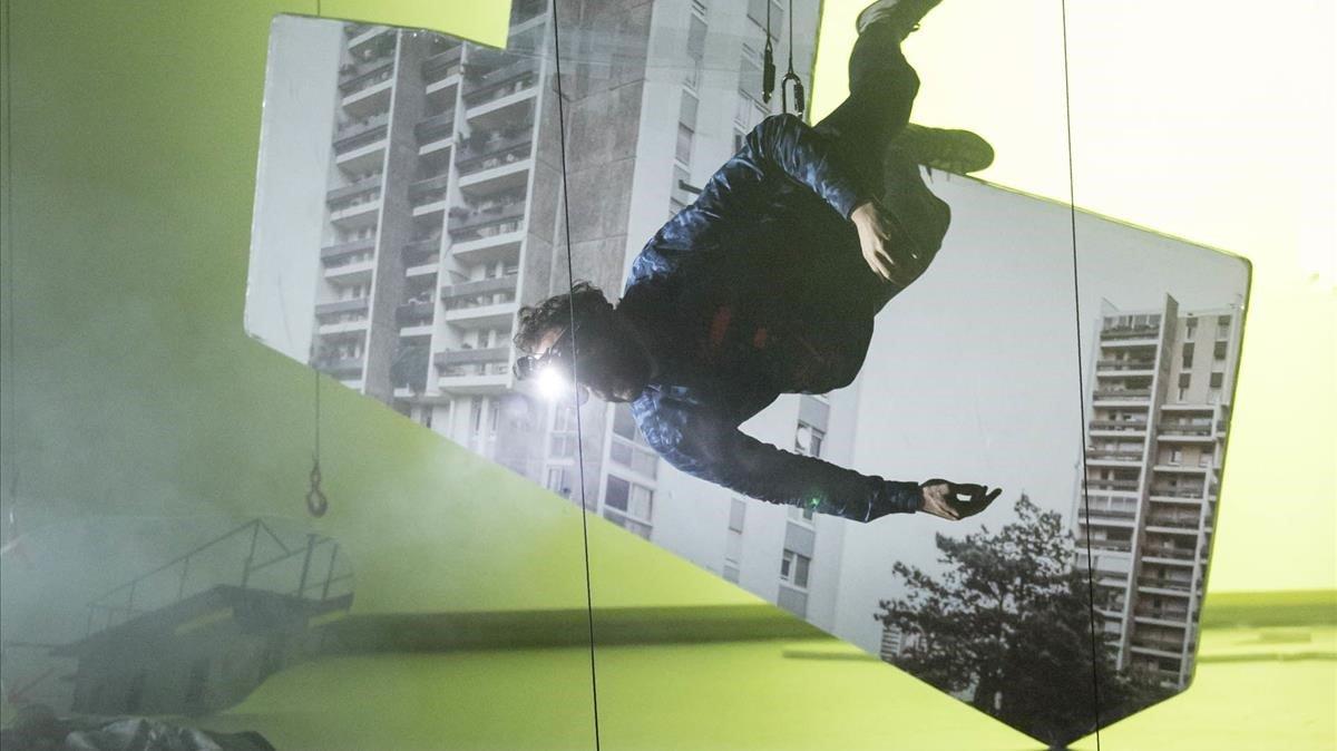 Pierre Rigal danza colgado en 'Mobile', espectáculo con el que recala en el Mercat de les Flors.