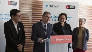 Ada Colau y Jaume Giró firman el convenio entre el ayuntamiento y la Fundacio La Caixa en el marco del Plan Barcelona Ciència. En la imagen, junto Gerardo Pisarello y Vera Sacristán.