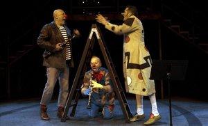 Un momento de 'El somriure al peu de l'escala' con Jordi Martínez (izquierda),Oriol Boixader yJoan Arqué (derecha).