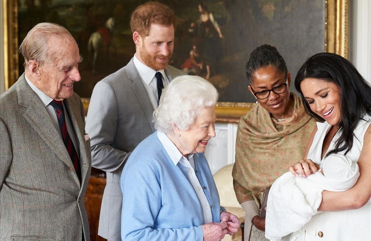 El príncipe Enrique de Inglaterra y la duquesa de Sussex, Meghan Markle, presentan a su hijo recién nacido, Archie Harrison Mountbatten-Windsor, a la madre de la duquesa de Sussex, Doria Ragland, a la reina Isabel II de Inglaterra y a su esposo Felipe, duque de Edimburgo, este miércoles en el castillo de Windsor.