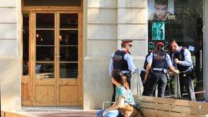 Cordón policial ante el local de Sant Antoni en que una mujer ha sido asesinada.