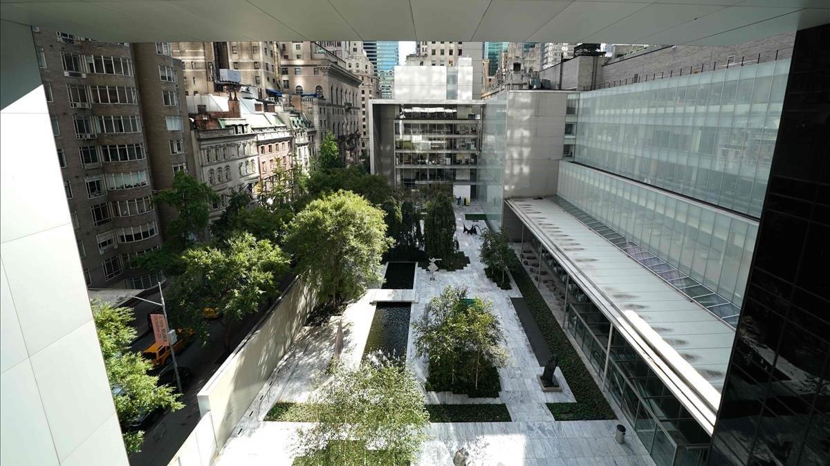 Vista del patio del MoMA y de Nueva York desde el interior de la ampliada pinacoteca.