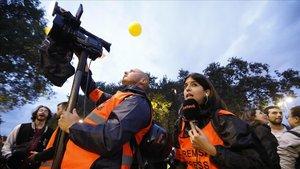 La periodista Marta Martorell y el cámara Joan Navarro, de Betevé, durante la concentración de este lunes frente a Interior.